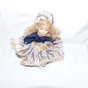 Petite poupée en porcelaine