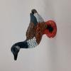 Statuette canard en bois sur socle