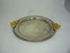 plat rond en métal argenté à poignées dorées état correct déco de la table ou murale