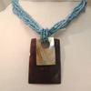 collier bleu en coquillages et perles
