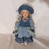 Poupée en porcelaine en robe bleue