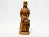 Statue en bois représente femme très positif qui méne à un panier de raisins fais à main