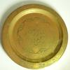 Assiette décorative en cuivre laitonné.