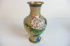 Vase chinois en métal émaillé, jaune écru avec motifs de fleurs