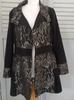 manteau de  femme noir avec des arabesques grises - M
