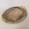 Plat ovale en métal couleur argent avec anses dorées