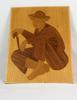 Tableau en bois vernis d'un vielle homme assis avec sa canne