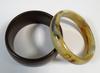 Deux bracelets en plastique rigide