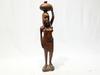 Statue Africaine en bois représente une femme qui porte sur la tète un carafe faire à la main