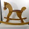 Cheval à bascule en bois et selle en cuir