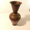 Vase en métal gravé noir vintage