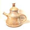 Pichet en poterie artisanale gris brillant. Effet