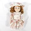 Poupée en porcelaine avec robe fleurie
