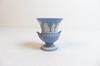 Vase bleu Wedgwood fait  en Angleterre au motif grecque