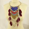 Collier en perles et plumes