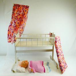 Berceau à roulette ancien pour poupée + poupée.  - Figure 1