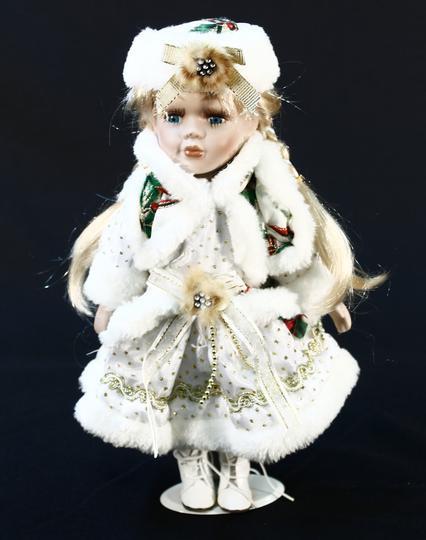 Poupée en porcelaine robe d hiver et chapka sur Label Emmaüs ... 8b1087e0515