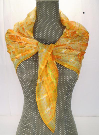Foulard jaune   orangé en soie , 87 x 87 cm sur Label Emmaüs ... 4c93a805d31