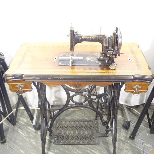 ancienne machine coudre neva sur label emma s boutique en ligne solidaire. Black Bedroom Furniture Sets. Home Design Ideas