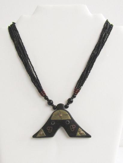 b561e2eefa04 Collier artisanal noir sur Label Emmaüs, boutique en ligne solidaire