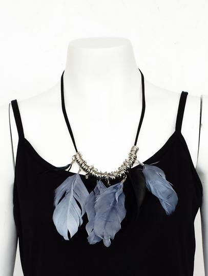 Collier à plumes noires et grises sur Label Emmaüs, boutique en ... 9d935206d7e