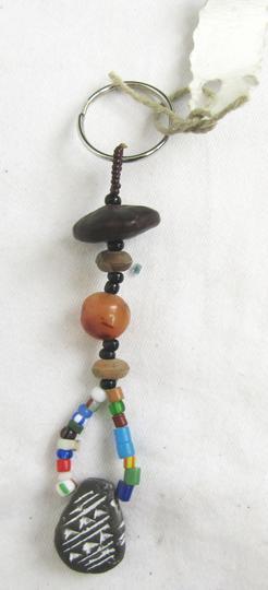 c24487047ac5 Porte-clé artisanal en perle sur Label Emmaüs, boutique en ligne ...