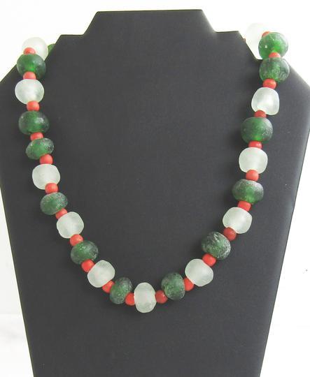 b3bd85ebd2de Collier artisanal en perles de verres verte et blanche sur Label ...